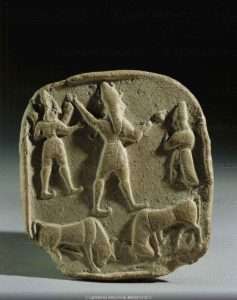 Tablet from Syria. Two bulls facing each other, a large deity, followed by a smaller, winged deity, is adored by an orant. Late Bronze. Terracotta, 7,9 x 7,1 cm AO 28362