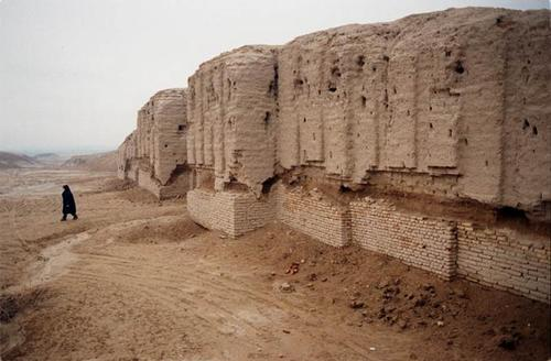 2a - Ninhursag's city wall ruins, mud brick-built city, walls, & temples - houses for the visiting alien giant gods, those who came down to Earth from Heaven - Nibiru long, long ago