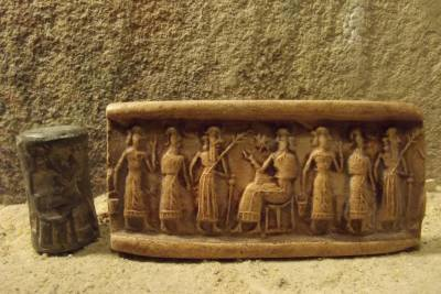 5c - unidentified goddess, unidentified giant mixed-breed, unidentified god, & Inanna seated on her throne in Uruk
