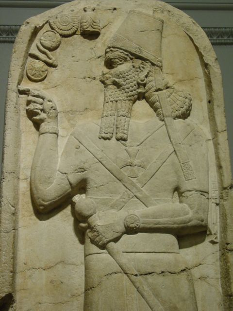 16b - Shamash-Adad V stele, giant mixed-breed king points to his relative alien gods symbols, showing their importance
